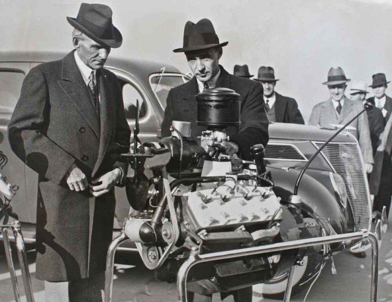 Генри Форд с сыном Эдселом представляют двигатель V8 11 ноября 1936