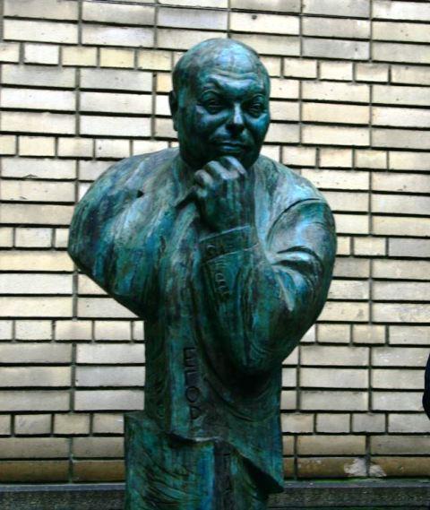 Памятник Егор Тимуровичу Гайдар