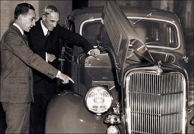 Генри Форд с сыном Эдселом у V8 Ford (1936)