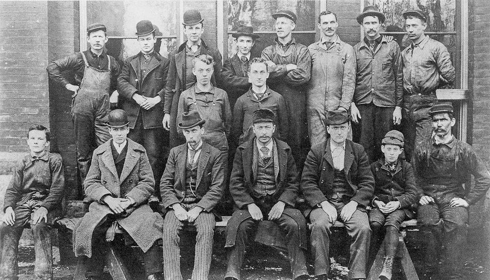 Генри Форд на групповом снимке  сотрудников детройтского филиала «Edison Illumating Co